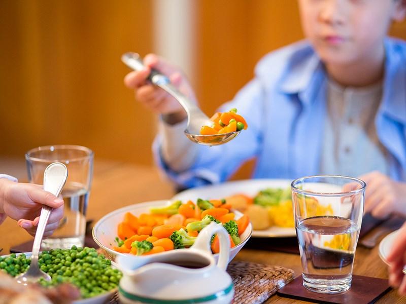 چرا نباید بین غذا آب بخوریم؟